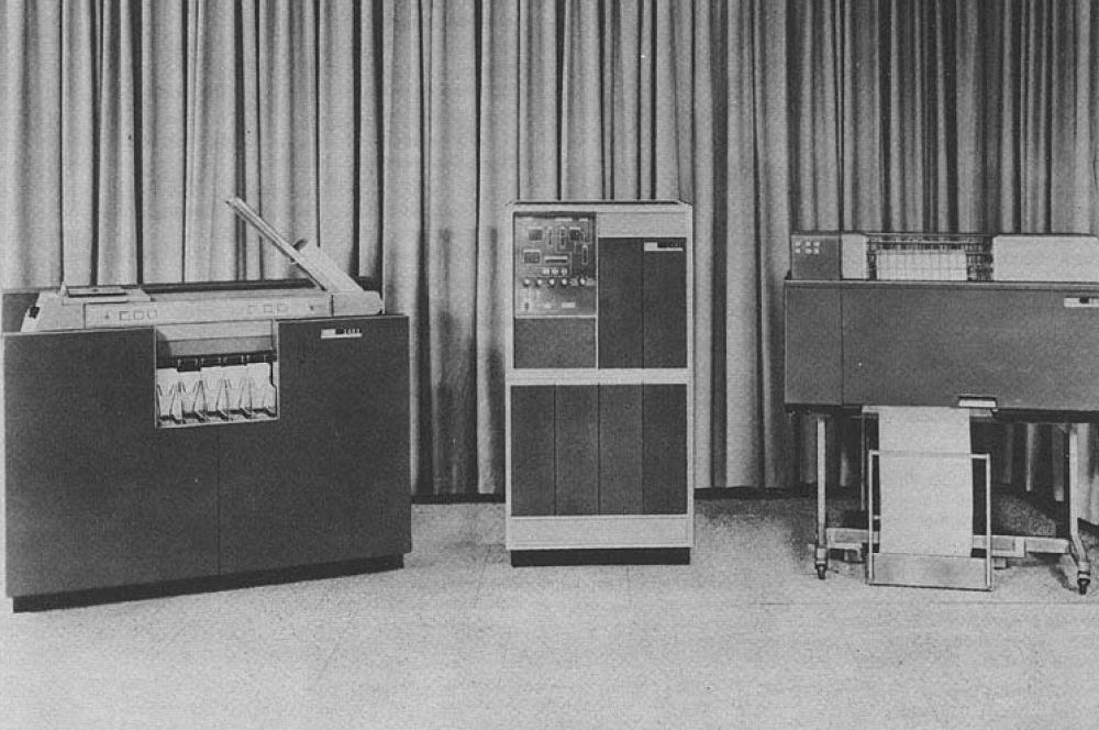 В 1959 году IBM выпустила вычислительную систему 1401 Data Processing System – это была первая ЭВМ, проданная в количестве более 10 тысяч экземпляров. Успех компьютера также обусловлен дополнительной услугой – в комплекте поставлялся принтер IBM 1403.