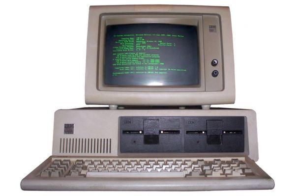 Но главное изобретение IBM появилось лишь в 1981-м – именно в этом году был представлен персональный компьютер IBM PC. Впервые персональный компьютер был запущен в производство в 1975-м, но IBM 5100 изначально создавался для решения научно-инженерных задач, в то время как PC был первым устройством широкого применения. Применявшийся в этой системе процессор Intel 8088 и операционная система MS-DOS воспринимались как временные решения и быстро были заменены, однако архитектура компьютера на долгое время стала эталонной в своём секторе.