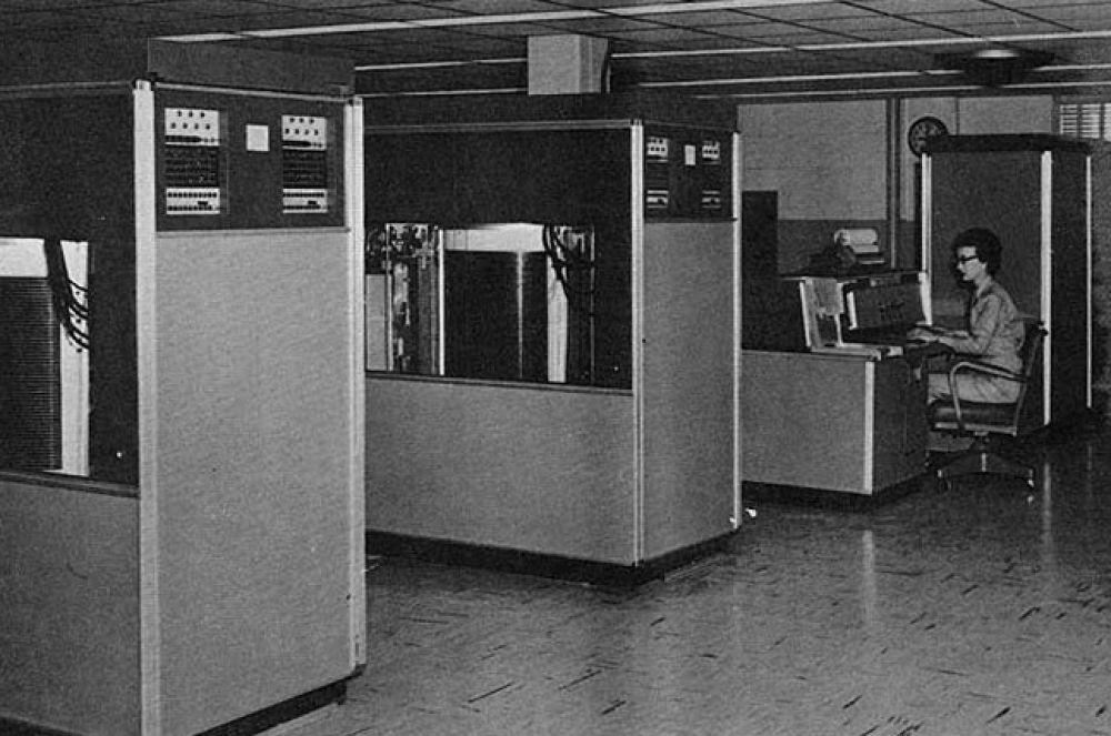 В том же году IBM представила первый в истории коммерческий жёсткий диск – IBM 350. Первоначально IBM 350 был компонентом компьютера 305 RAMAC, но мог устанавливаться и на другие модели.