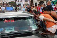 Зрители первого на Кубе конкурса на лучший российский автомобиль ВАЗ.
