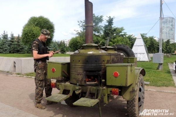 Повар военно-полевой кухни угощал всех гречневой кашей.
