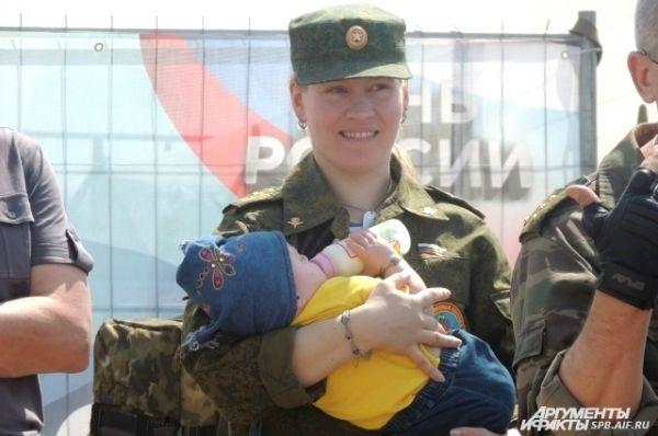 Даже хрупкие девушки бывают военными.