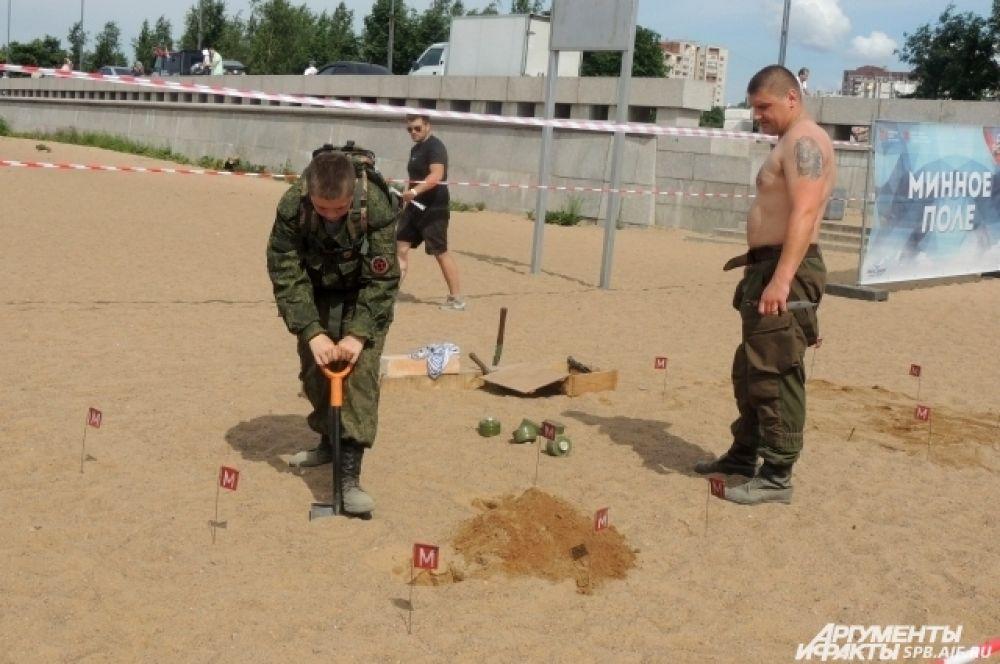 Все гости праздника могли сами обезвредить минное поле.
