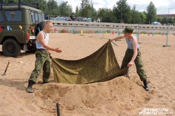 Военные создают огневую точку.