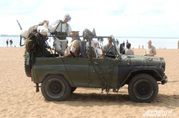 На пляже состоялась военная реконструкция.