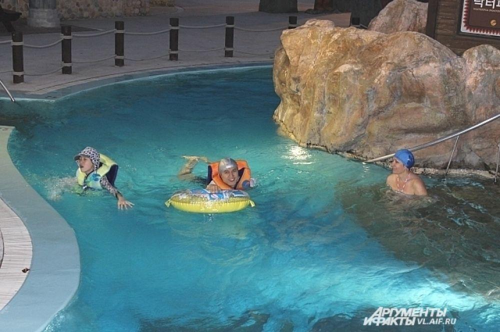 Аквадорожки выходят на улицу и затем выводят в другое здание аквапарка.