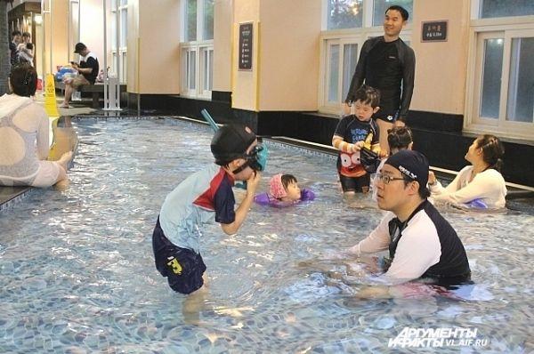Заходить в воду можно только в купальной шапочке.