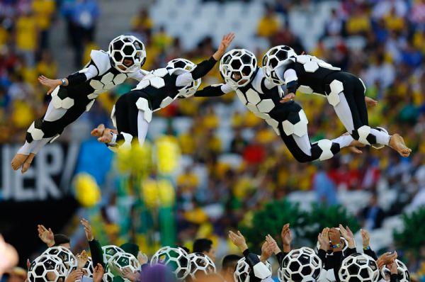 В Сан-Паулу к началу церемонии открытия температура достигала +30 градусов, потому на трибунах стадиона было много пустых мест.