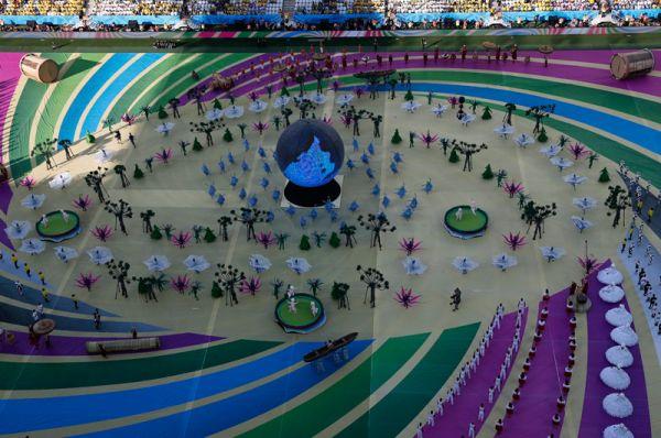 Шар в самом центре стадиона символизировал не только футбольный мяч, но и нашу планету, ее уникальность и красоту, а действие, развернувшееся вокруг, было направлено на то ,чтобы напомнить людям об этом.