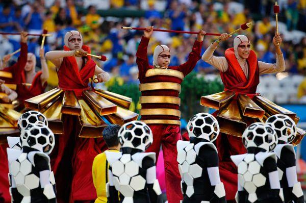 Артисты на церемонии открытия чемпионата мира по футболу 2014 года.