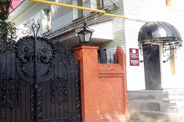 Кованые ворота остались в наследство от «Капстроя». За такой красотой могут прятаться только чиновники от соцзащиты.