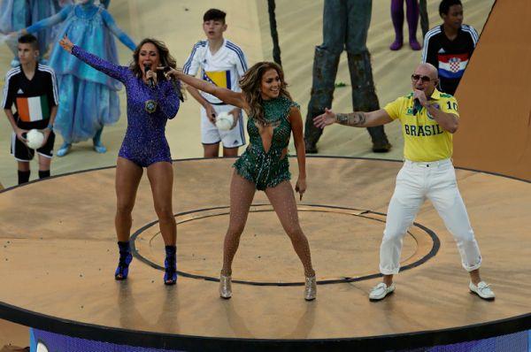 Украшение церемонии открытия - гимн в исполнении Дженнифер Лопес, Pitbull и Клаудии Лейтте.