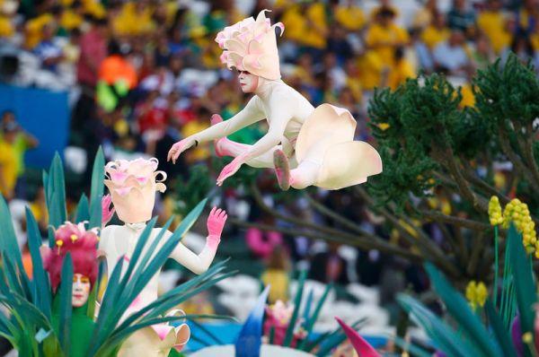 Акробаты на церемонии открытия чемпионата мира по футболу 2014 года.