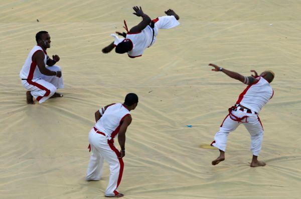 Танцоры капоэйры на открытии чемпионата мира в Бразилии.
