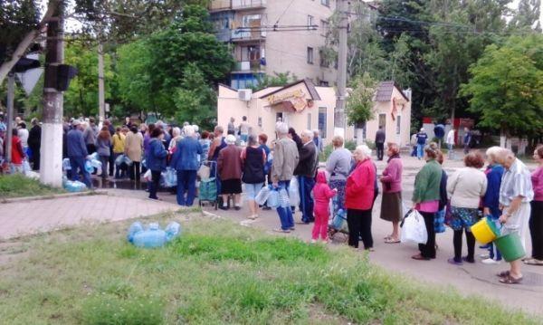 Очереди за водой в Славянске