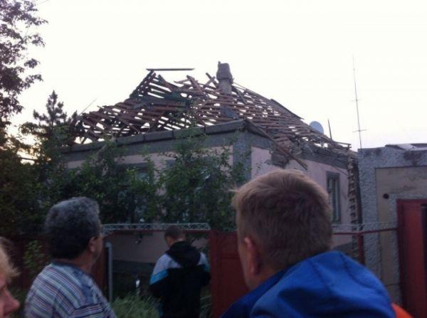 Разрушенные дома в Амвросиевке после обстрела