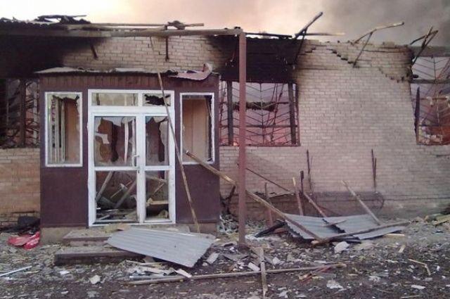 Разрушенный дом в Амвросиевке после обстрела боевиков