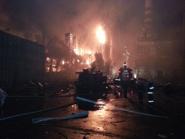 Ударной волной разрушило отдельно стоящую ректификационную колонну, возникло возгорание в обваловании на площади 300 кв м. быстрое распространение огня привело к увеличению площади возгорания.