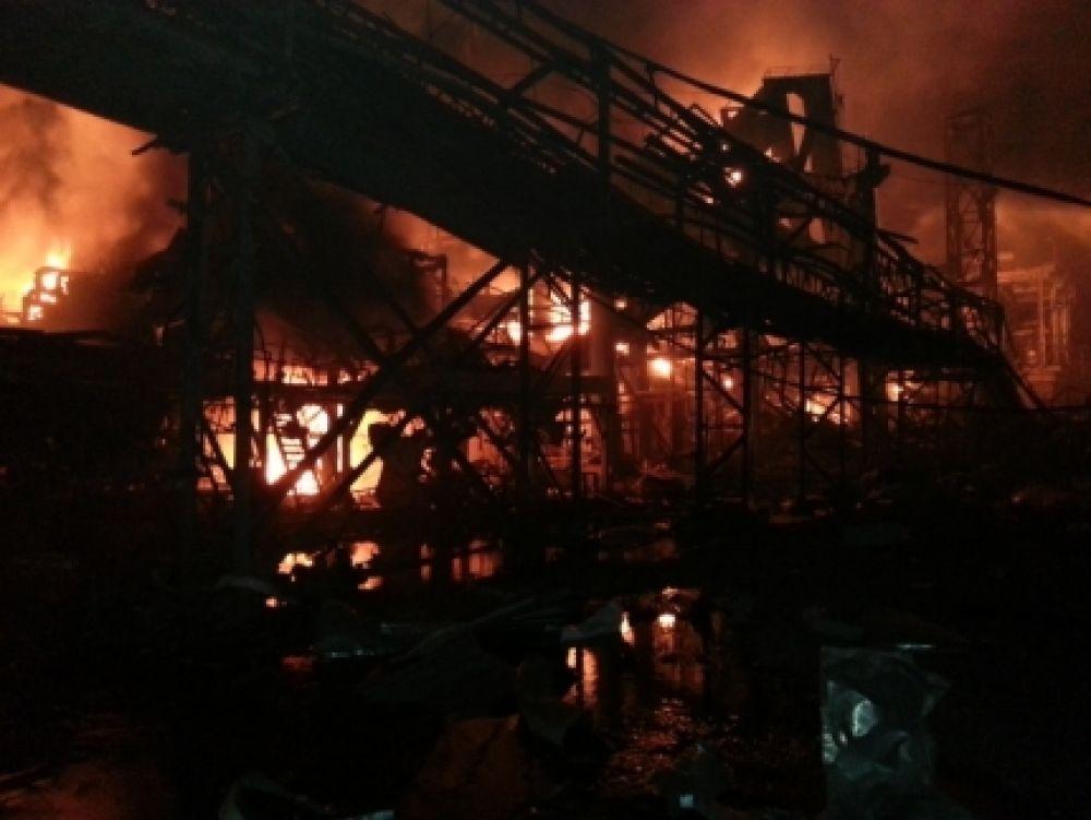 На заводе произошёл взрыв газа на газорефракционирующей установке с последующим возгоранием.
