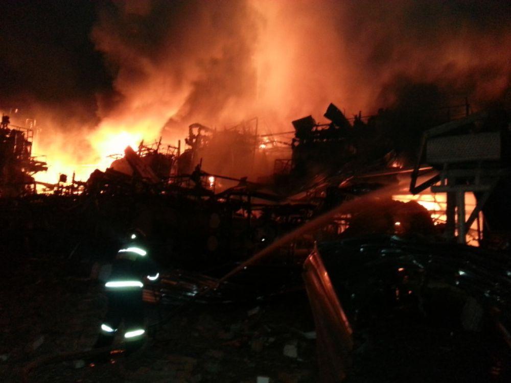 Распространение огня было остановлено в 1:05 на площади 400 кв м. Открытое горение ликвидировано в 4:30.