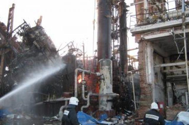 Спасатели устраняют последствия пожара.