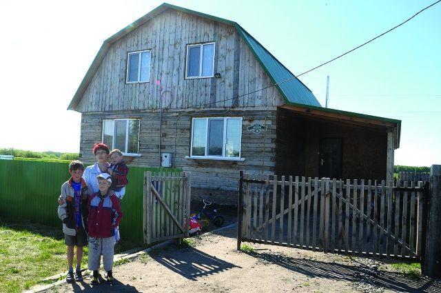 На строительство своего дома у многодетной семьи ушёл год.