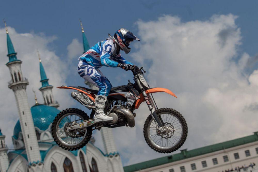 Невероятные прыжки с трамплинов, сопровождавшиеся сложными трюками в воздухе, продемонстрировали мотофристайлеры
