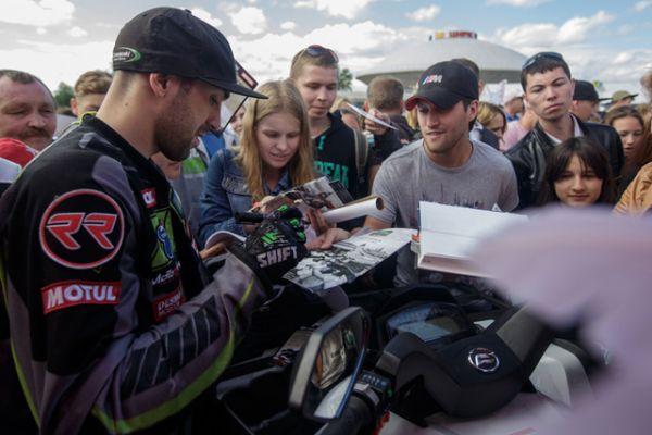 Представление с участием известных автоспортсменов собрало под стенами Казанского Кремля несколько тысяч зрителей.