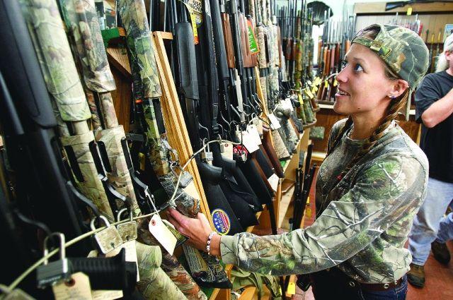 Одни покупают оружие для охоты, другие - для защиты.
