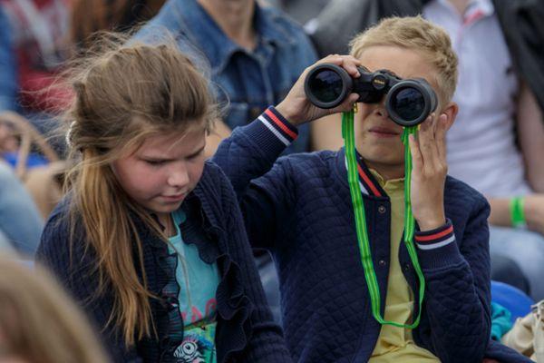 Многие зрители решили воспользоваться биноклями, чтобы лучше рассмотреть своих кумиров