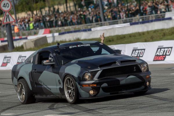 Классическая черная машина  Mustang Shelby сорвала не меньше аплодисментов. Водитель выполнял невообразимые трюки, продемонстрировав высокое мастерство