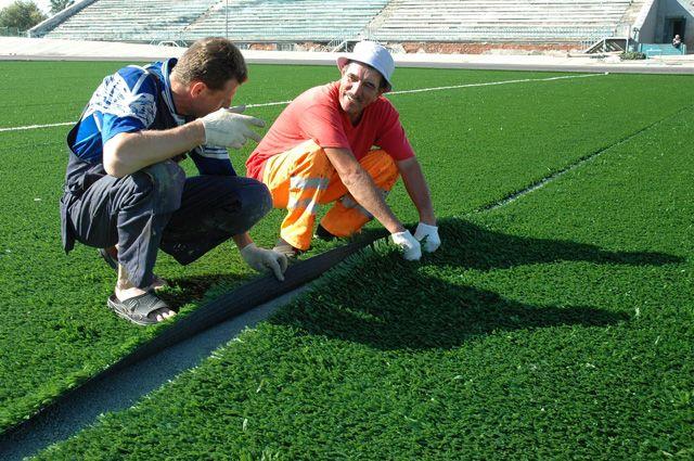 Почему на футбольном поле разного цвета газон