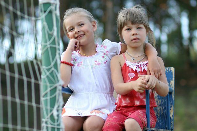 Детей летом развлекают студенты.