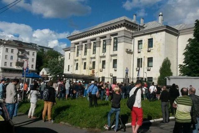 Митинг возле посольства России в Украине