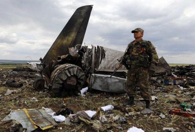 Террористы фотографируются на месте крушения самолета ВСУ
