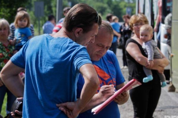 После преодоления контрольно-пропускного пункта люди отправляются на автобусах в Харьков
