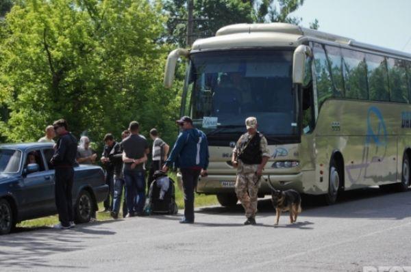 Люди прибывают к райотделу милиции Изюма