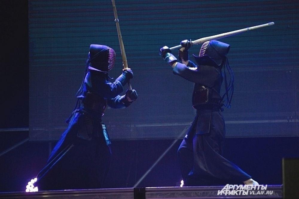 Настоящий бой на деревянных мечах.