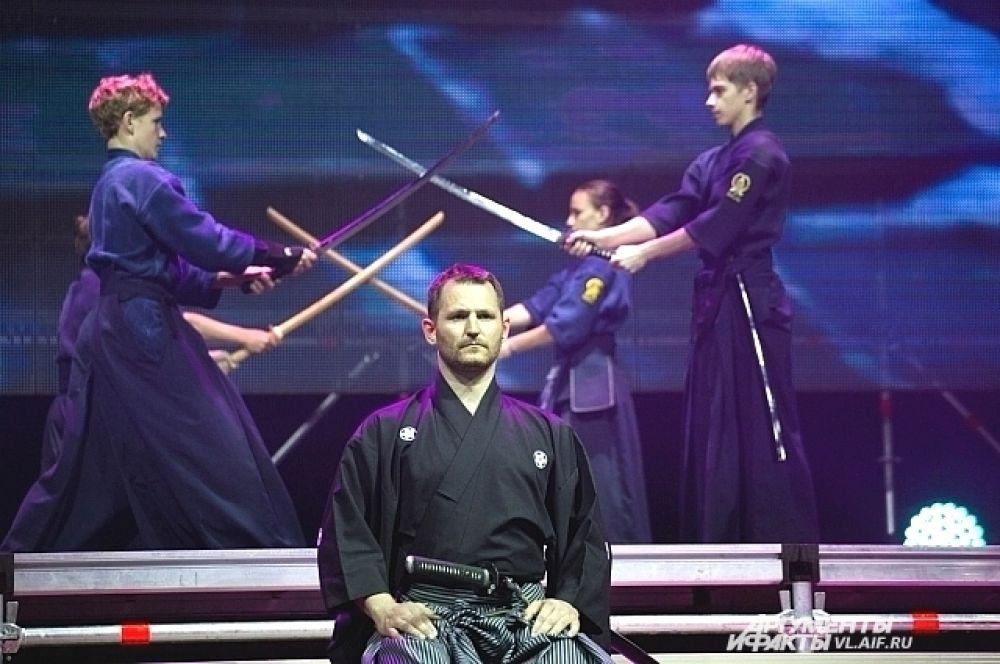 Показательные выступления юниоров с мечами.