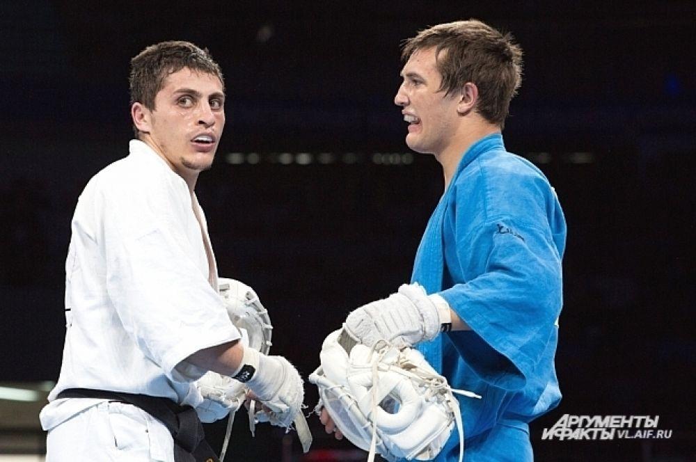 После боя соперники дружески жали друг другу руки. Это спорт, а не драка.