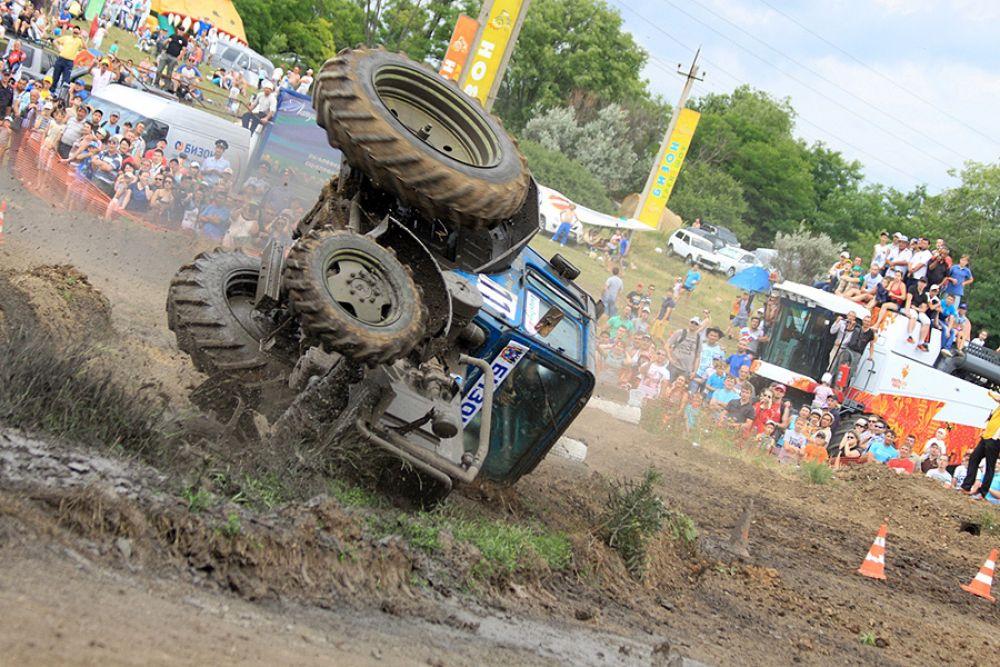 Ошибка в управлении и трактор призёра 2009, 2011 годов Петра Выдренко на боку.
