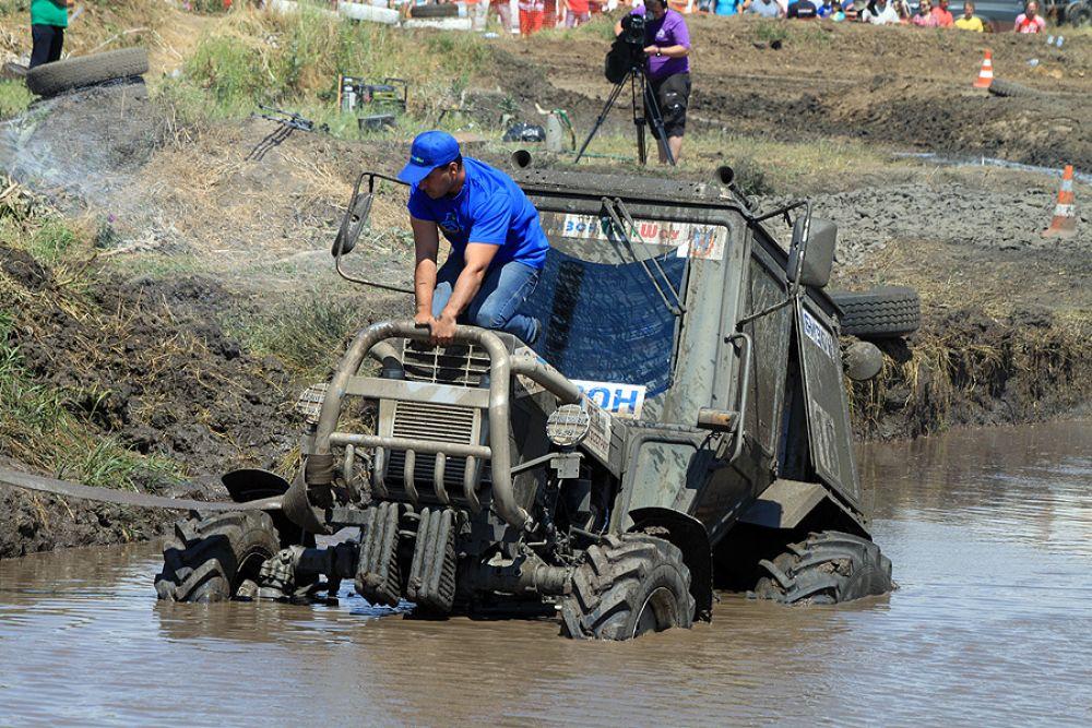 Али Ахметов в гонке на победителя оценивает масштаб бедствия засевшего трактора.