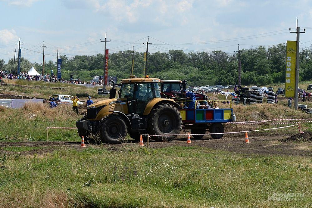 Если присмотреться, то видно, что в кабине трактора никого нет - он управляется с пульта.