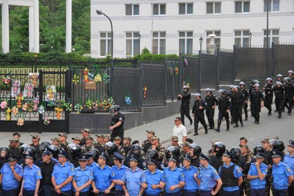 У дипломатического посольства РФ находилось несколько сотен правоохранителей