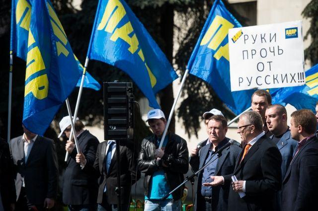 По всей стране прокатились митинги ЛДПР в защиту русских на Украине.