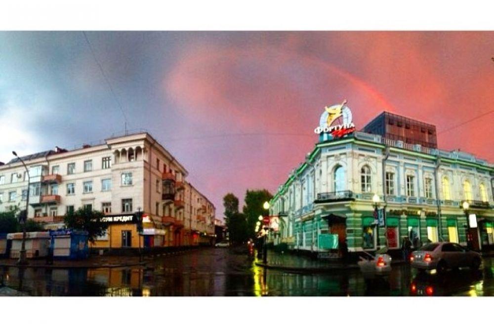 Особенно красиво смотрелась радуга в центре города.