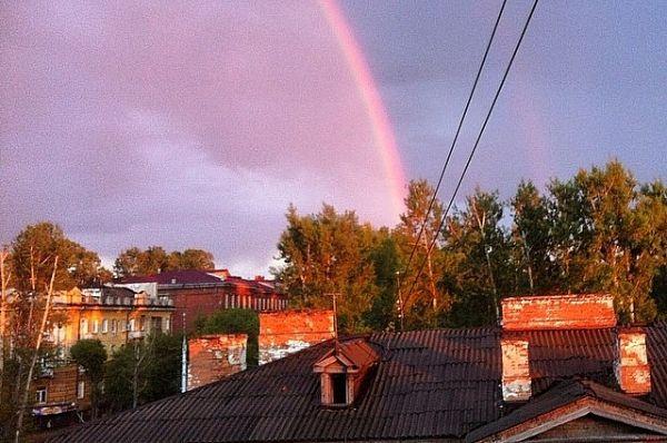Иркутяне отметили преобладающий розовый оттенок радуги.