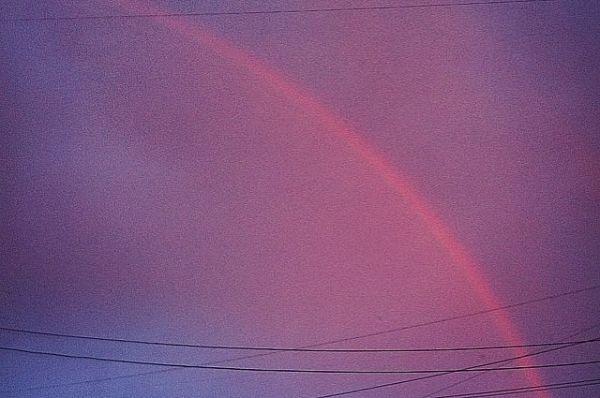 По сути, радуга прорисовалась на фоне уже потемневшего неба.