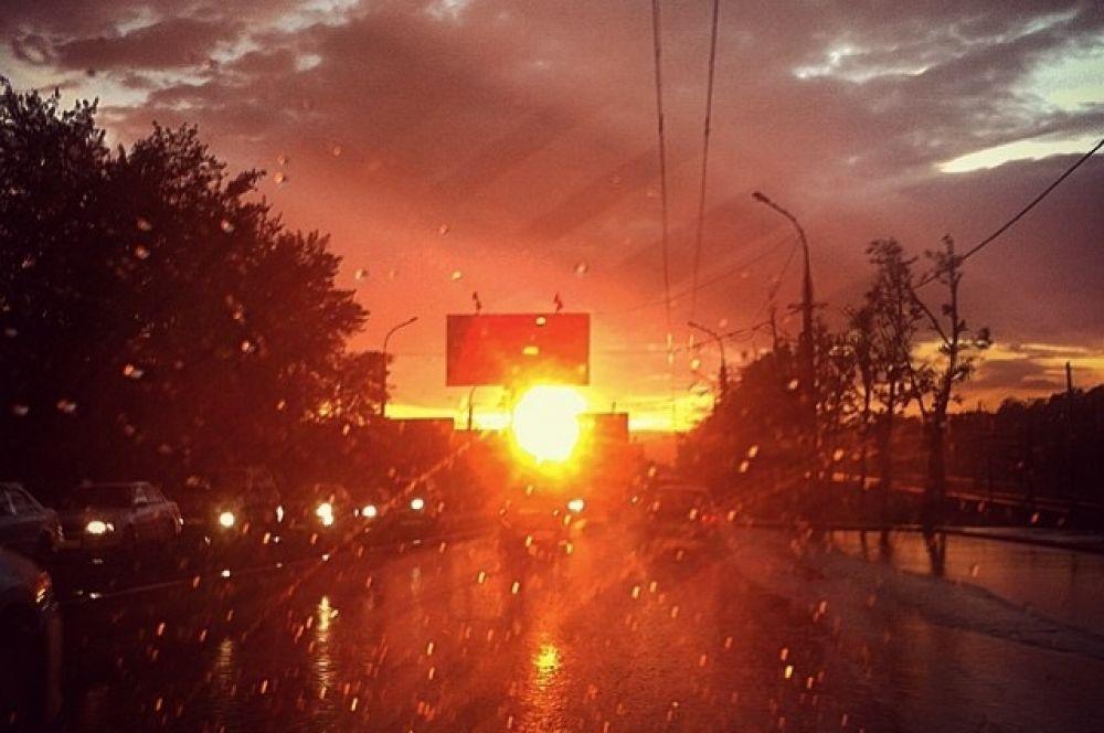 Интересно, что природное явление произошло на самом закате. Красивый красный заход солнца и начавшийся дождь вызвали такой цветовой эффект.
