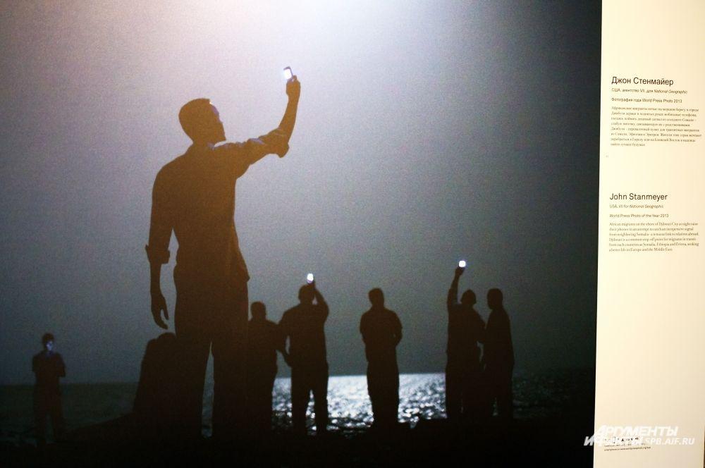 «Фотографией года» стал снимок Джона Стенмайера из США, на котором изображены мигранты из Африки.
